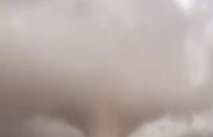"""""""الشراري"""" و""""الفالح"""" يوثقان لحظة إعصار """"تورنيدو"""" شرق سكاكا"""