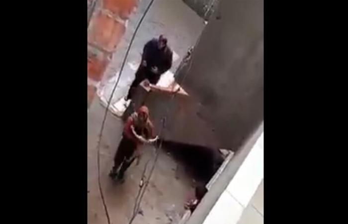 مقطع متداول لشخص يعري رضيعة بالشارع ويحاول حرقها.. ومصادر أمنية: جاري فحص الفيديو