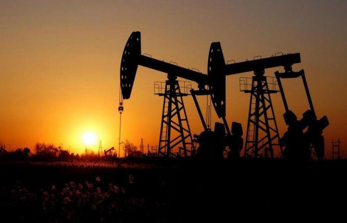 أسعار النفط.. برنت يتراجع عند 55.95 دولارًا للبرميل