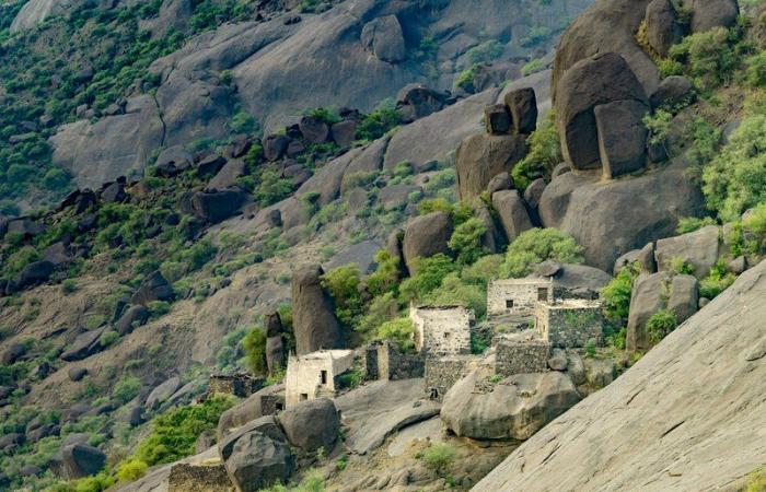 """بالفيديو.. """"القرية المعلقة """" تكشف سر الوصول لصخور عسير البركانية"""