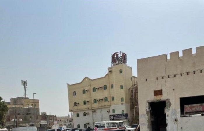 بلدية البلد بجدة تزيل مخالفات موقف باب مكة