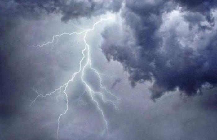 """""""طقس الخميس"""": غيوم وأمطار خفيفة وضباب ورياح سطحية وتدنٍّ في الرؤية على وسط وشرق المملكة"""