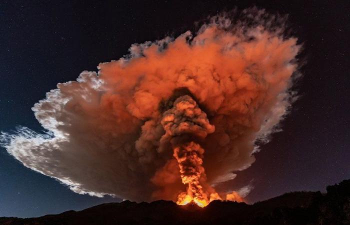 الأسبوع في 8 صور: تجمُّد شلالات نياجرا وثوران بركاني عنيف في إيطاليا