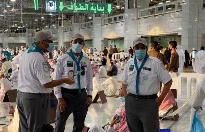 """قادة الكشافة بـ""""تعليم مكة"""" يواصلون أعمالهم التطوعية في خدمة قاصدي البيت الحرام"""