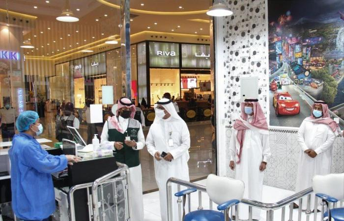 """""""آل هميل"""" يقف على التزام أسواق ومجمعات الطائف بالإجراءات الاحترازية"""