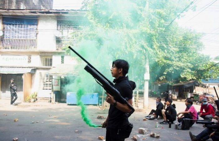 هل دخلت ميانمار محرقة الحرب الأهلية؟.. تبادل لإطلاق النار بين العسكر والمتظاهرين