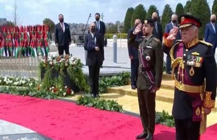 فيديو : مصدر يوضّح حول لباس الملك ووشاح ولي العهد
