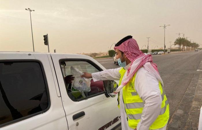 """شاهد .. تطوعي """"لجنة الأفلاج"""" يواصل تفطير المسافرين بتوزيع 1200 وجبة"""