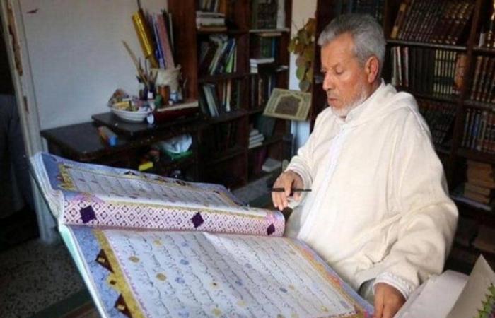 شاهد.. كتب ألف مصحف وحلمه رسم قرآن بالخط العربي