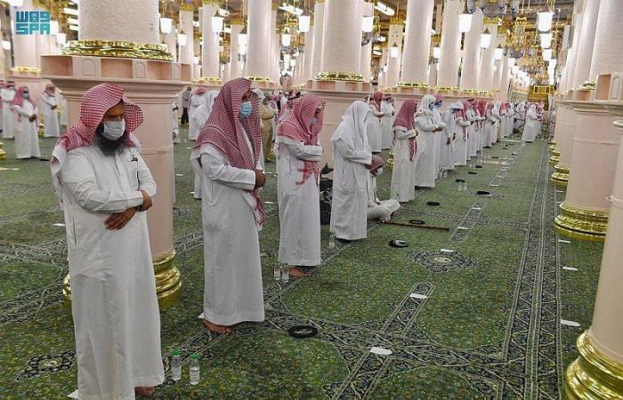 شاهد.. جموع المصلين يؤدون صلاة القيام ليلة 27 في المسجد النبوي