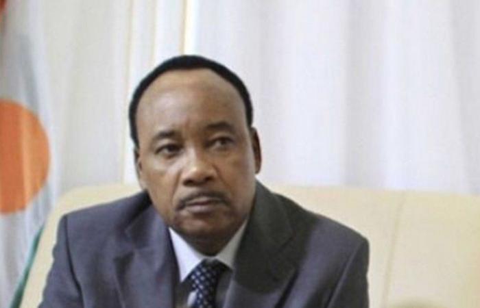 """رئيس النيجر يقلد السفير تركي العلي وسام """"قائد"""""""