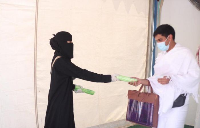 """""""الإسلامية"""" تكمل توزيع ربع مليون مظلة للمعتمرين والمصلين بالحرم المكي"""