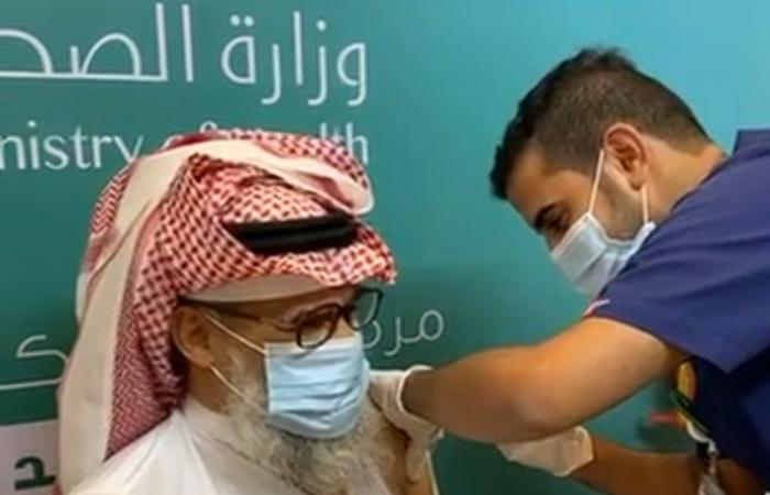 """كيف أقنع ممرض في الرياض خاله بأخذ لقاح """"كورونا""""؟"""
