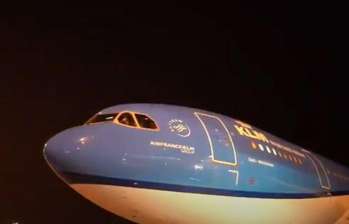 شاهد بالفيديو.. لحظة انطلاق أولى الرحلات الدولية بمطار الملك فهد