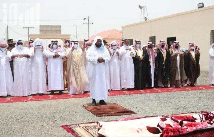"""اللواء """"القرني"""" ينقل تعازي وزير الداخلية لذوي الشهيد القحطاني"""