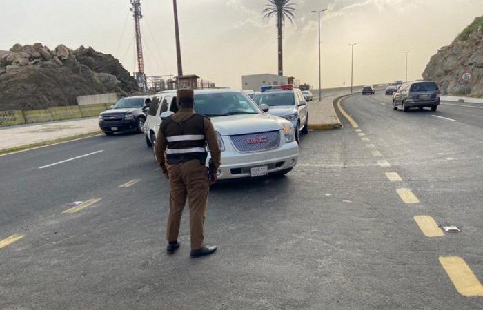 """عندما يجتمع العمل الأمني والإنساني.. هنا رجال """"أمن الطرق"""" بالهدا"""