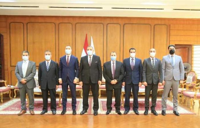 رئيس جامعة كفرالشيخ يُكرّم مدير إدارة التربية العسكرية السابق