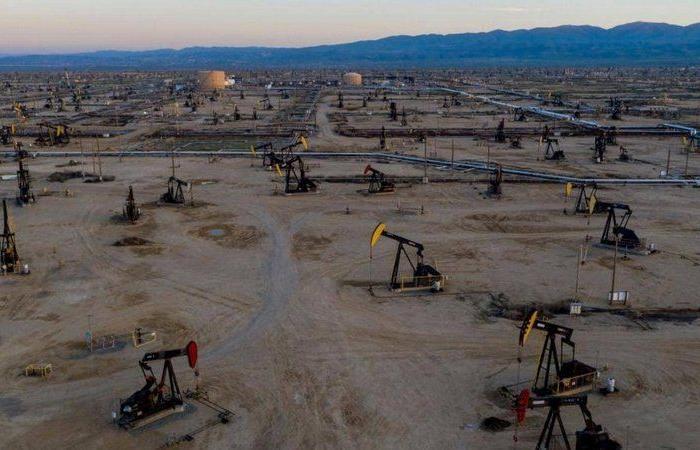 انخفاض أسعار النفط مع ارتفاع الدولار الأمريكي لاحتمال رفع أسعار الفائدة