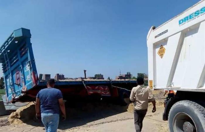 انقلاب سيارة نقل ثقيل محملة بالرمل والزلط يالطريق الإقليمي بالمنوفية