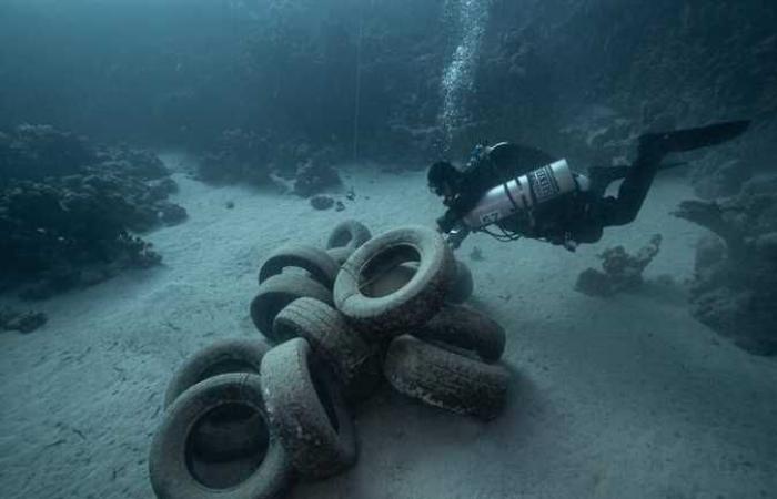 حملة تنظيف لأعماق مدينة دهب من إطارات السيارات (صور)
