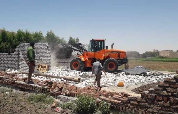 إزالة تعديات على أرض زراعية بمساحة 250 متر بالقرنة غرب الأقصر