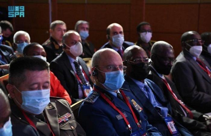 """""""الرويلي"""" يشارك بالمؤتمر الدولي للأمن بموسكو ويستعرض التعاون العسكري مع رئيس الأركان الروسي"""