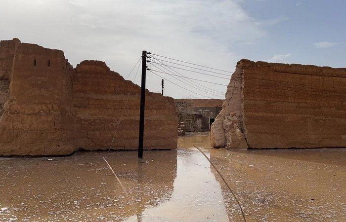 """شاهد .. سيول الأفلاج تتسبب في تساقط أجزاء من قصر الـ 400 عام بـ""""البديع"""""""