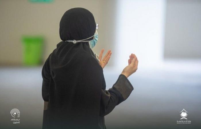 شاهد.. حجاج بيت الله الحرام يرمون الجمرات في ثاني أيام التشريق