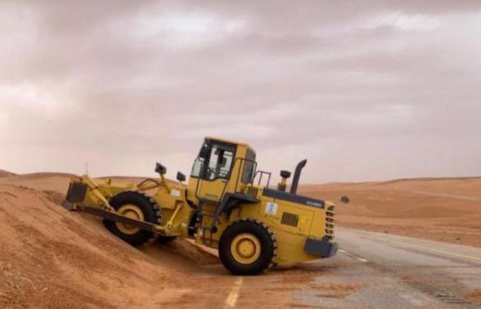 رفع العوائق الرملية من الطريق الدولي بشرورة