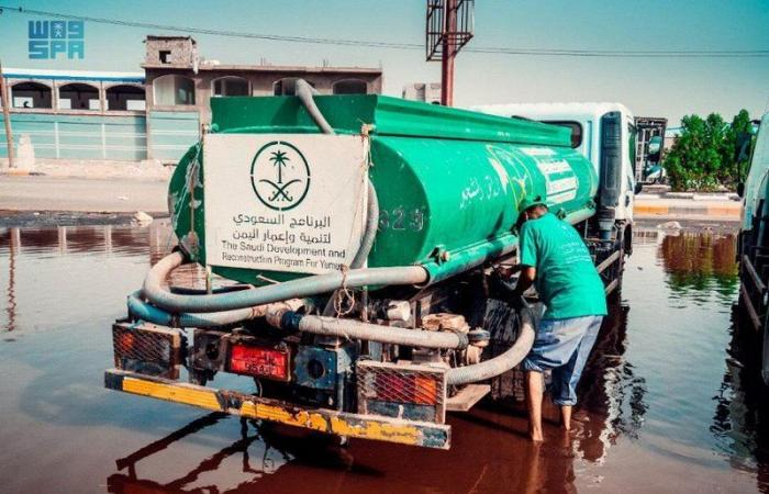 بالصور.. البرنامج السعودي لإعمار اليمن يكثّف جهوده لإزاحة تجمعات مياه الأمطار في عدن