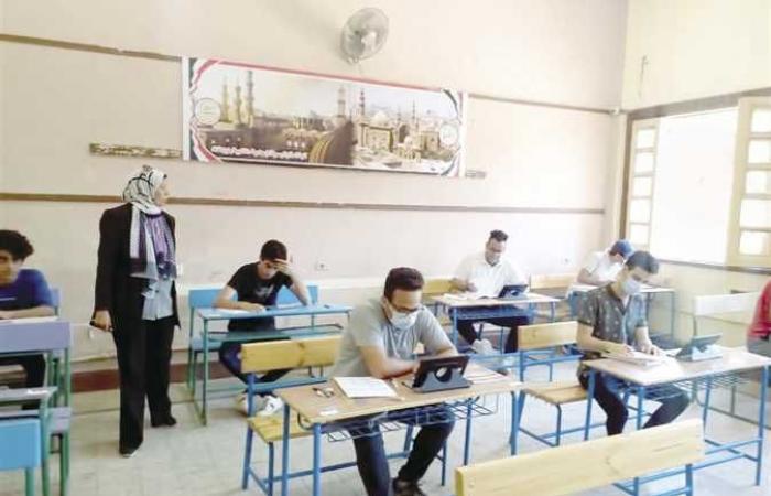 طلاب ثانوية عامة بسوهاج عن امتحان الفيزياء «صعب وطويل وزى الزفت»