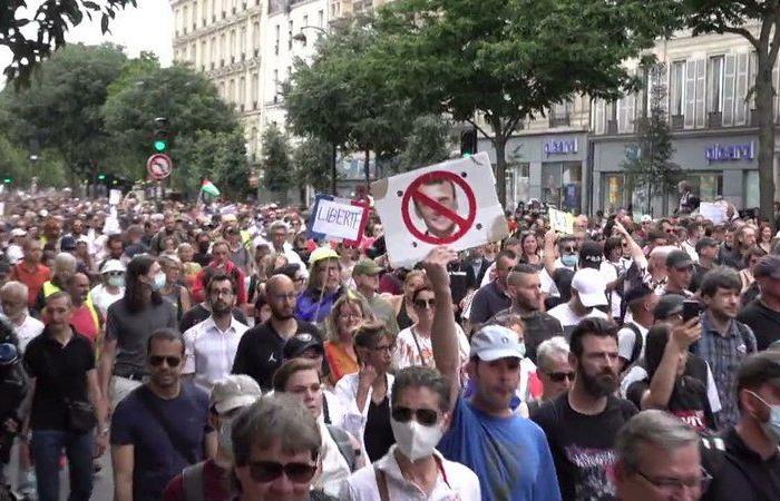 """اشتباكات وإطلاق غاز.. صدامات بين الشرطة الفرنسية ومتظاهرين ضد قيود """"كورونا"""""""