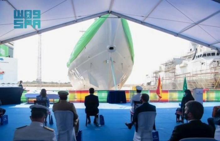 """قائد القوات البحرية يرعى مراسم تعويم سفينة جلالة الملك """"جازان"""" بمملكة إسبانيا"""