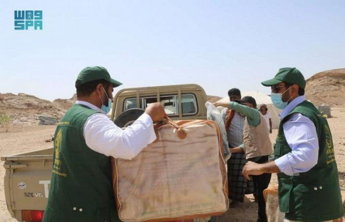 """مركز الملك سلمان للإغاثة يوزع مساعدات عاجلة للمتضررين من كارثة السيول في """"المهرة"""""""