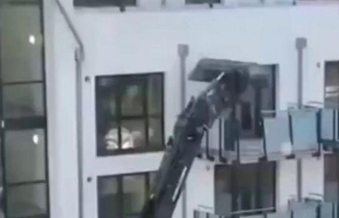 فيديو مروِّع.. أسوأ انتقام لمقاول من صاحب مبنى سكني