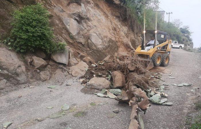"""فيفاء.. """"لجنة"""" تقف على انهيار """"الحزام"""".. والبلدية تواصل معالجة الأضرار"""