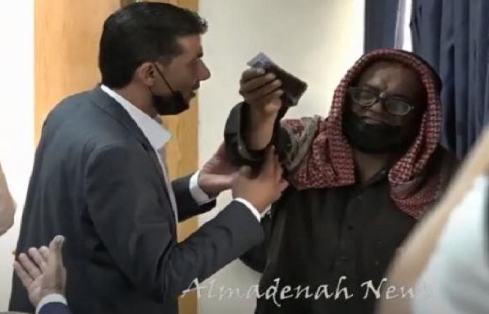 فيديو :   مريض سرطان يفاجئ اجتماعا مغلقا  يحضره وزير التربية ويطلب وظيفة لابنته