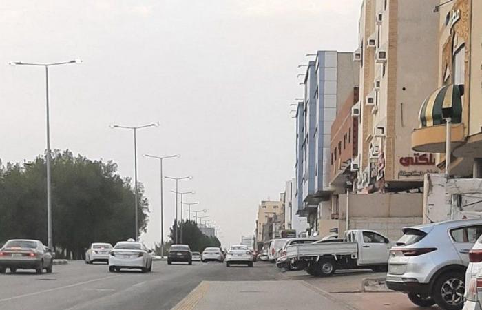 """""""أمانة مكة"""" تتفاعل مع شكوى مواطن وثَّق رصيف موقف حافلات يتوسط شارعًا"""