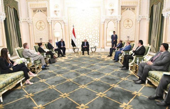 الرئيس اليمني والمبعوث الأممي يناقشان آفاق الحل السياسي