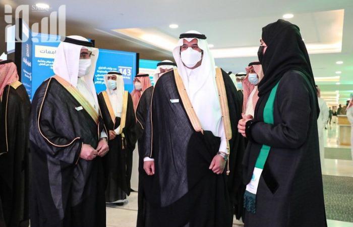 """شاهد..أمير الرياض بالنيابة يشارك الطلاب العرضة في حفل """"التعليم"""" بيوم الوطن"""