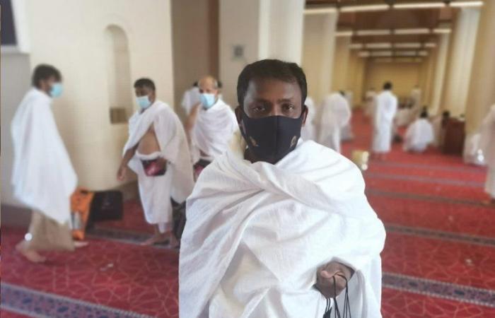 """بالصور .. """"الشؤون الإسلامية"""" بالمدينة المنورة تنفذ مبادرة توزيع كمامات للمعتمرين"""