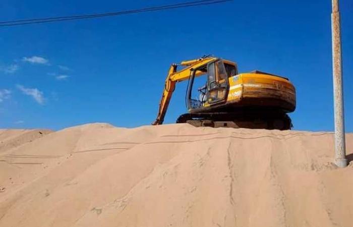 رئيس مدينة مصيف بلطيم يتابع رفع الرمال من أمام بوابة الفنار