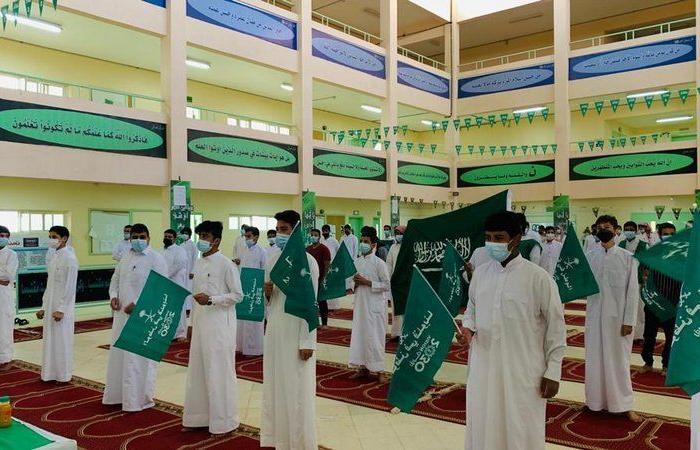 محافظ طريف يشارك المدارس احتفالها باليوم الوطني الـ 91
