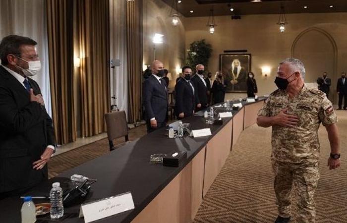 الملك يلتقي إعلاميين