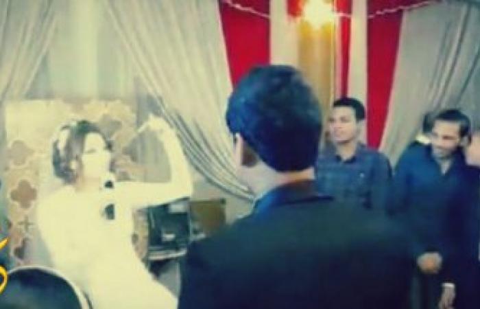 بالفيديو ...عروس مصريه تفاجىء عريسها فى حفل الزفاف بمفاجأه غير متوقعه تجعله يخجل كثيرا