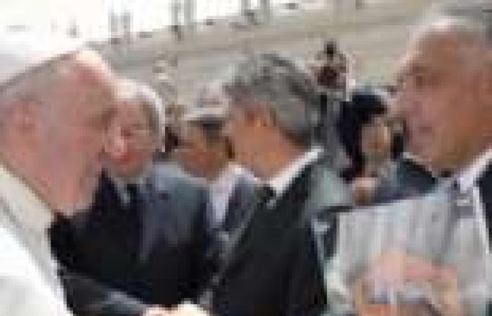 بالصور| بابا الفاتيكان يستقبل فريقي روما ولاتسيو قبل نهائي الكأس