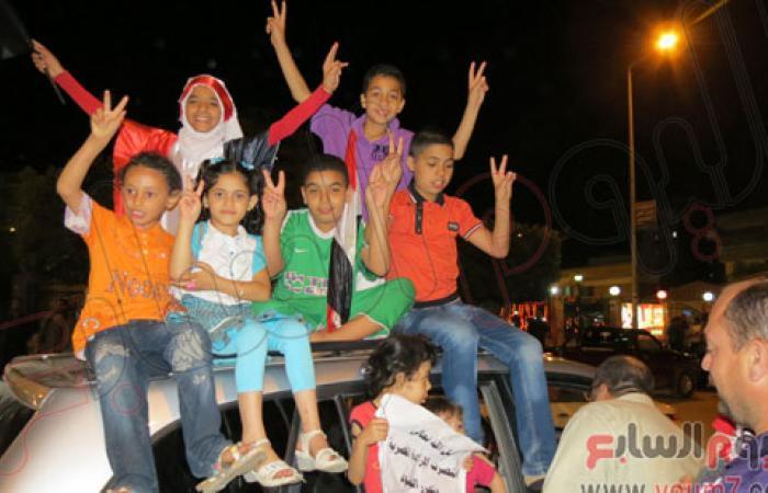 """بالصور.. """"إخوان سيناء"""" ينظمون مسيرة بالعريش للاحتفال بتحرير الجنود"""