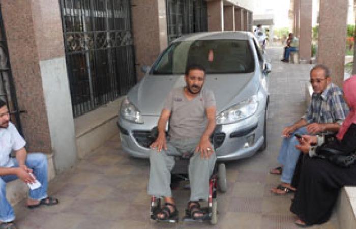 مصاب بثورة يناير يعترض سيارة محافظ السويس بعد طرده من الديوان العام