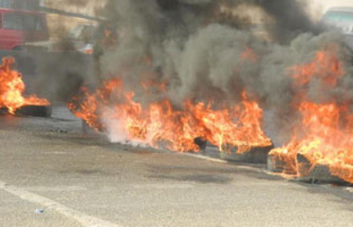 """أهالى """"دنديل"""" ببنى سويف يشعلون إطارات السيارات بسبب انقطاع الكهرباء"""
