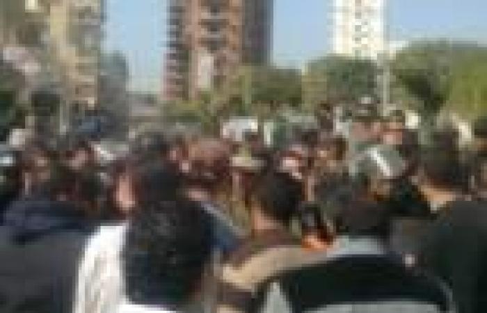 """بعد تظاهرهم أمام منزله.. """"مرسي"""" يطلق وعودا لحملة الماجستير والدكتوراه بحل أزمتهم"""